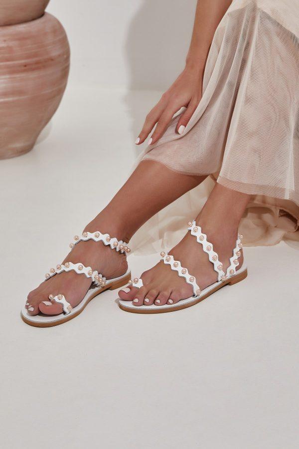 Λευκά νυφικά σανδάλια με πέρλες